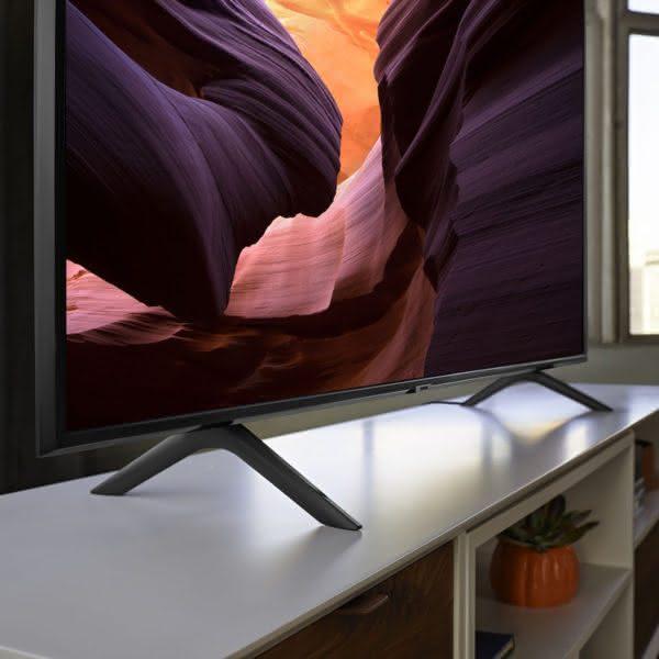 """Smart TV Samsung 4K UHD 82Q60R com tela QLED de 82"""" HDR, Controle Remoto Único, Bixby, Modo Ambiente"""